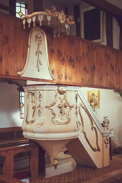 Zabytkowa ambona w kościele Matki Boskiej Częstochowskiej w Krośnie