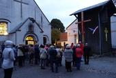 Ustawienie i poświęcenie nowego krzyża przed kościołem
